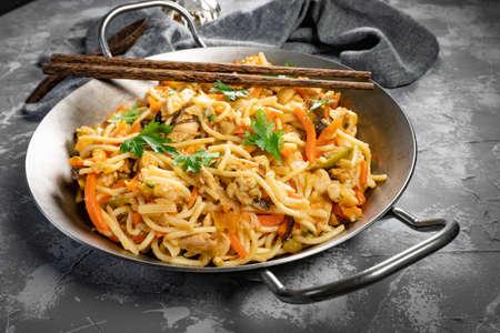 Fried noodles with chicken and vegetables. Chicken chow mein. Standard-Bild - 158342341