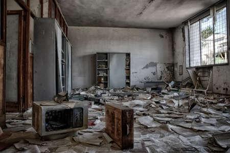 oficina desordenada: oficinas abandonado