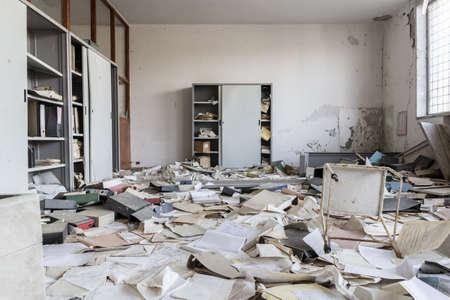 habitacion desordenada: Abandonado oficina con muchos papeles en el suelo Foto de archivo