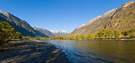 El río de montaña Chulyshman en Altai, un panorama Foto de archivo
