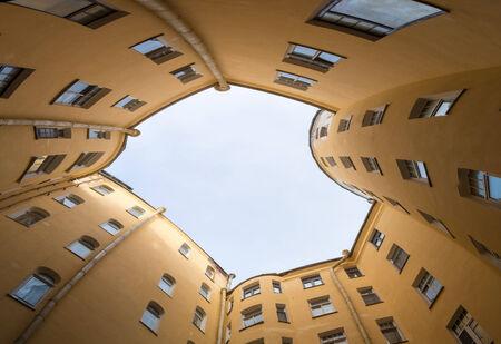 Typische Architektur Eines Engen Hofes, Sankt Peterburg Photo