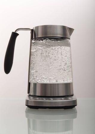 Bouilloire avec de l'eau bouillante sur la table