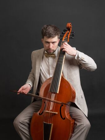 Portret van een man spelen van de viola da gamba