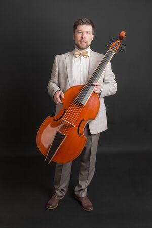 portret van een man met een viola da gamba