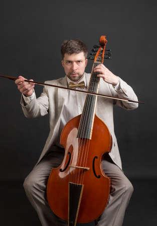 Portret van een muzikant spelen van de viola da gamba Stockfoto
