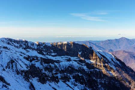 Landschap in de bergen van de Kaukasus op een zonnige dag