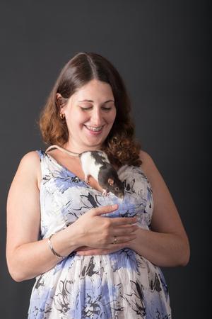portrait of a pregnant woman with pet rat Banque d'images
