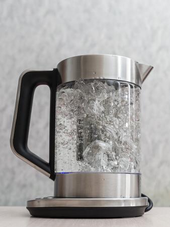 teiera di vetro con acqua bollente da vicino