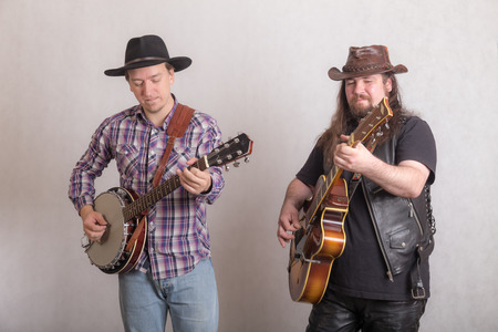 duet of musicians with banjo and guitar Imagens