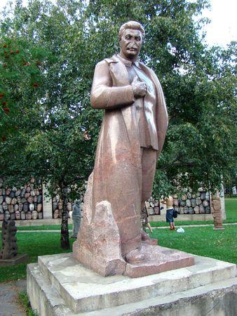 tiran: Stalins beeldhouwkunst met de geslagen uit de neus in park
