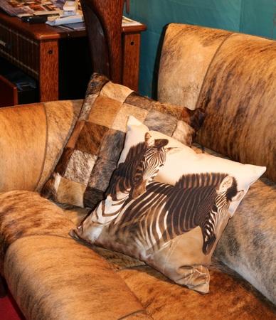 cuero vaca: sofá de cuero de vaca con los amortiguadores Foto de archivo