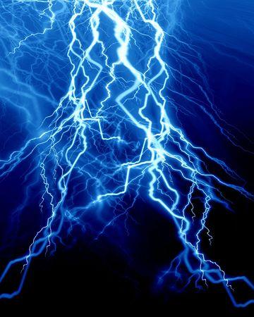 Intensive Blitz auf einem dunkelblauen Hintergrund
