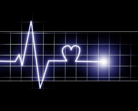salud publica: Los latidos del coraz�n como grabados en un monitor sobre fondo oscuro