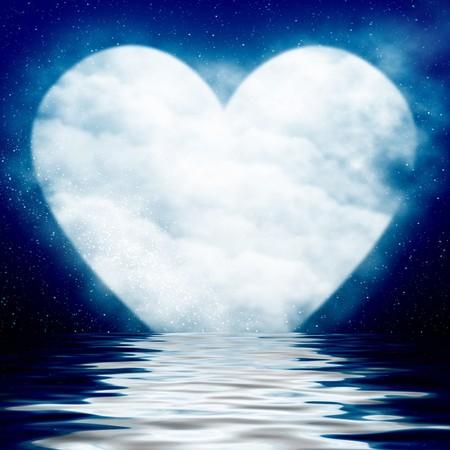 Corazón en forma de luna reflejada en el océano Foto de archivo