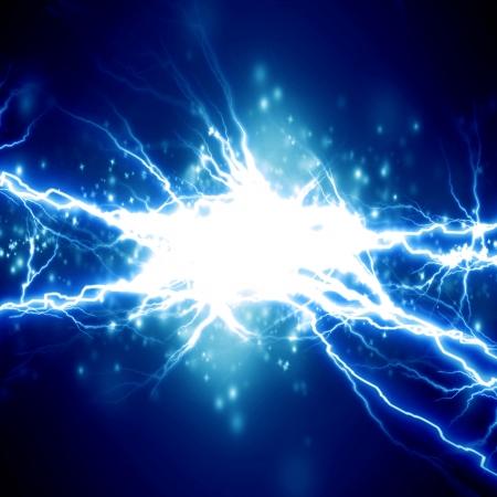 暗い青色の背景に明るい電気火花