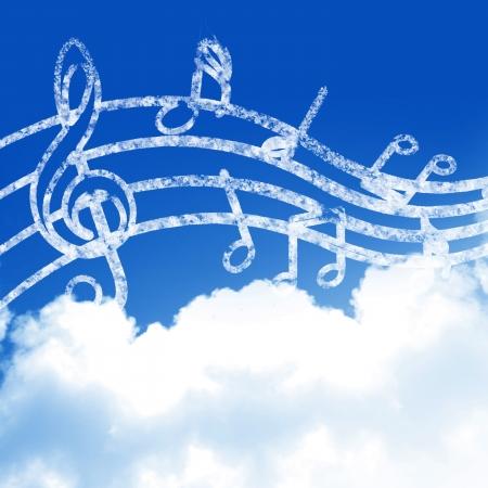 blauwe hemel met wolken en wat muziek noten Stockfoto