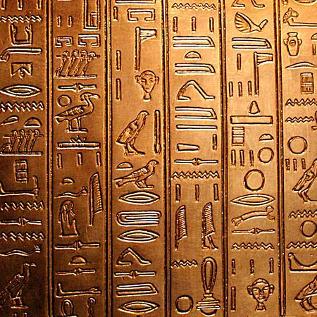 光沢のある黄金パネルにエジプトの象形文字 写真素材