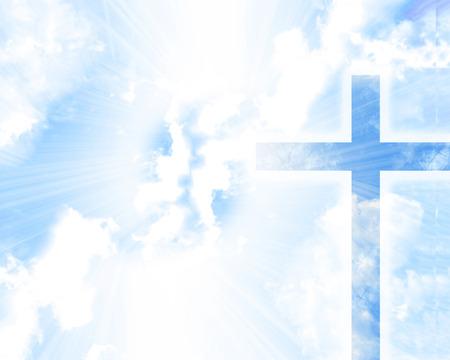 christelijk kruis in een blauwe hemel met enkele wolken Stockfoto