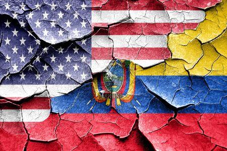 Grunge bandera de Ecuador combinó con la bandera americana