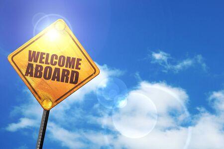 la bienvenida a bordo: cartel amarillo con un cielo azul y nubes blancas