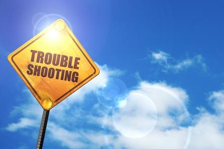 solucion de problemas: soluci�n de problemas: cartel amarillo con un cielo azul y nubes blancas Foto de archivo