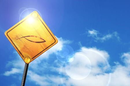 pez cristiano: símbolo cristiano de los pescados con unas líneas suaves suaves: cartel amarillo con un cielo azul y nubes blancas Foto de archivo