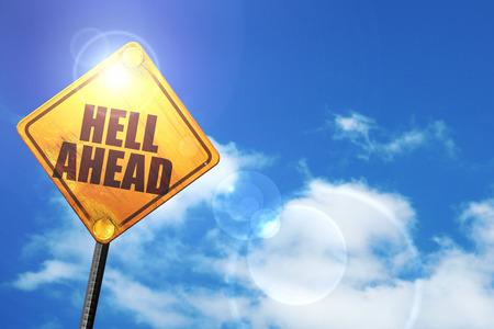 satan: el infierno por delante: cartel amarillo con un cielo azul y nubes blancas Foto de archivo