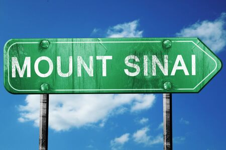 monte sinai: monte Sinaí señal de tráfico, sobre un fondo de cielo azul Foto de archivo