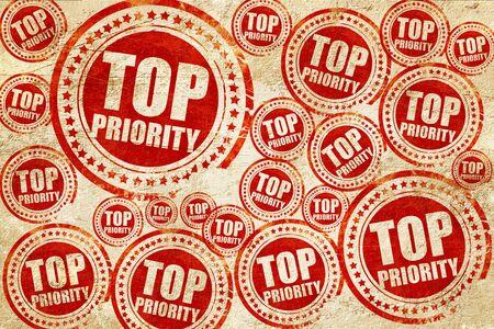 priorytetem, czerwony znaczek na tekstury papieru grunge Zdjęcie Seryjne