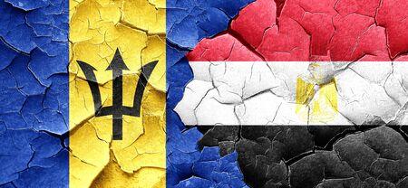 bandera egipto: bandera de Barbados con la bandera de Egipto en una pared agrietada grunge