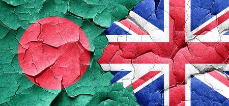 bandera de gran bretaña: Bangladesh, la bandera de la bandera de Gran Bretaña en una pared agrietada grunge Foto de archivo