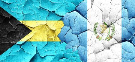 bandera de guatemala: bandera de Bahamas con la bandera de Guatemala en una pared agrietada grunge