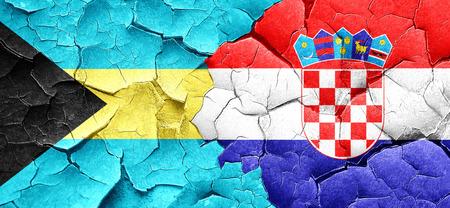 bandera croacia: bandera de Bahamas con la bandera de Croacia en una pared agrietada grunge