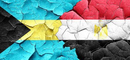 bandera de egipto: bandera de Bahamas con la bandera de Egipto en una pared agrietada grunge