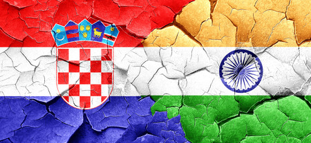 bandera croacia: Bandera de Croacia con la bandera de la India en una pared agrietada grunge