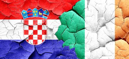 bandera de croacia: Bandera de Croacia con la bandera de Irlanda en un grunge pared agrietada
