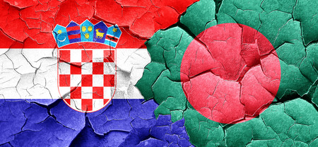 bandera croacia: Bandera de Croacia con la bandera de Bangladesh en una pared agrietada grunge