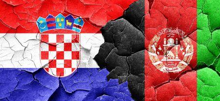 bandera de croacia: Bandera de Croacia con la bandera de Afganistán en una pared agrietada grunge