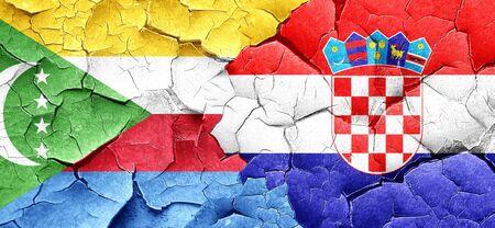 bandera croacia: Bandera de los Comoro con la bandera de Croacia en una pared agrietada grunge
