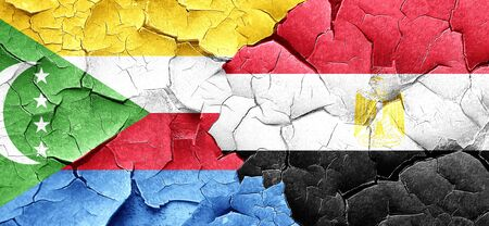 bandera egipto: bandera de Comoras con la bandera de Egipto en una pared agrietada grunge