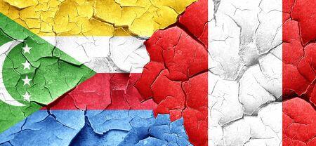 bandera de peru: bandera de Comoras con bandera de Perú en una pared agrietada grunge