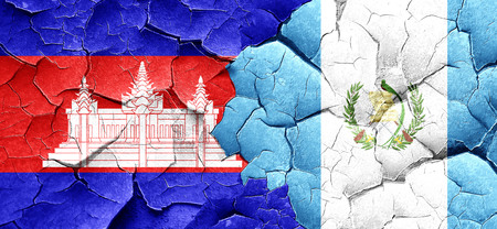 guatemala flag: bandera de Camboya con la bandera de Guatemala en una pared agrietada grunge