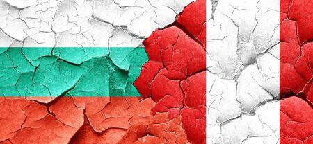 bandera de peru: Bandera de Bulgaria con la bandera de Perú en una pared agrietada grunge Foto de archivo
