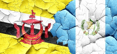 bandera de guatemala: bandera de Brunei con la bandera Guatemala en una pared agrietada grunge