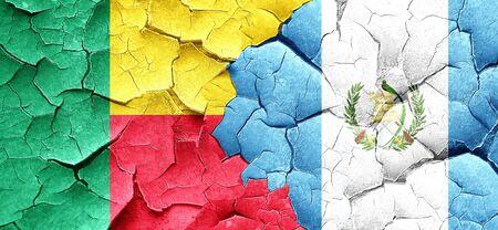 bandera de guatemala: bandera de Benin con la bandera de Guatemala en una pared agrietada grunge