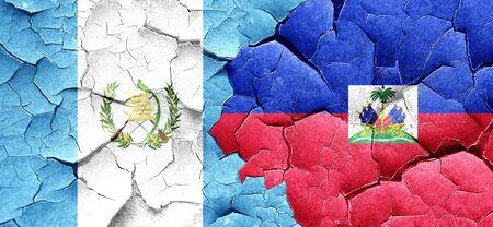 bandera de guatemala: bandera de Guatemala con la bandera de Hait� en una pared agrietada grunge