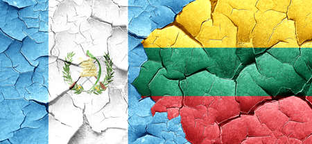 bandera de guatemala: bandera de Guatemala con la bandera de Lituania en una pared agrietada grunge