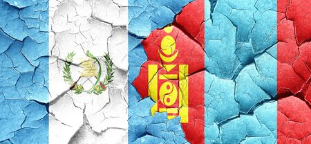 bandera de guatemala: bandera de Guatemala con la bandera de Mongolia en una pared agrietada grunge
