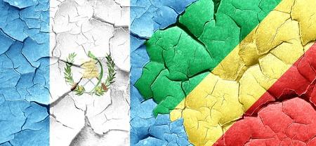guatemala flag: bandera de Guatemala con la bandera de Congo en una pared agrietada grunge