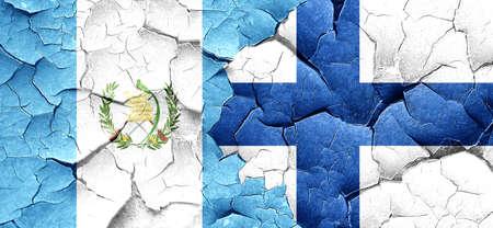bandera de guatemala: bandera de Guatemala con la bandera de Finlandia en una pared agrietada grunge